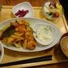 SAKURA食堂でランチ(鶏肉定食と玄米ご飯)